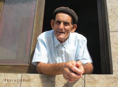 León Tejera, El Guardián de las Maretas, asomado a la ventana de su casa. | FOTO Y. MILLARES