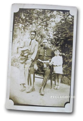 Ramón Camino (suegro de Agustina) retratado con dos de sus hijos en tiempos de la II República, cuando era guardia en Granada. Su hijo Ramón (aquí con el uniforme de cartero), fue después en Las Palmas jugador en el equipo de fútbol Hespérides.| FOTO CEDIDA POR AGUSTINA NUEZ