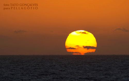 El sol asomando en aguas canarias al amanecer. | FOTO T. GONÇALVES
