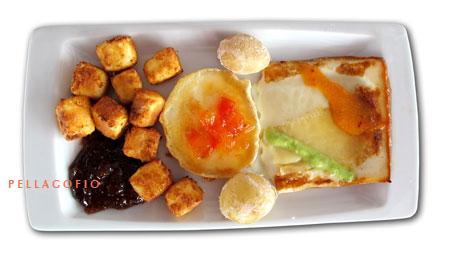 La tripleta de quesos (de Lanzarote a la plancha y frito, y rulo francés) con dos mojos y mermeladas de higo y tomate. | FOTO Y. MILLARES