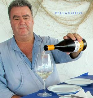 En el restaurante elaboran su propio vino (La Grieta, con DO_Lanzarote), pero también sirven otras marcas de la isla.| FOTO Y. MILLARES
