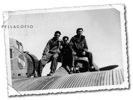 Manuel Ramírez (en el centro) subido al motor de un Junkers 52 con otros compañeros del Ejército del Aire./ FOTO ARCHIVO PELLAGOFIO (CEDIDA POR M. RAMÍREZ)