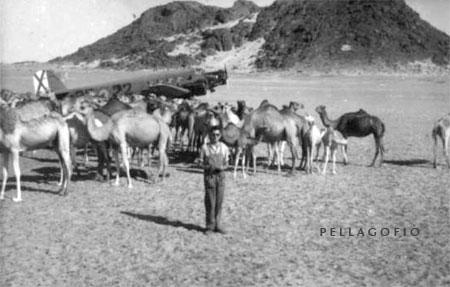 Manuel Ramírez en Ausert (en el antiguo Sahara Español), junto al Junkers 52 del Ejército del Aire de cuya tripulación formaba parte a finales de los años 50./ FOTO ARCHIVO PELLAGOFIO (CEDIDA POR MANUEL RAMÍREZ)