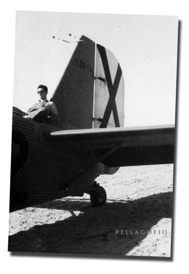 Manuel Ramírez sentado sobre el fuselaje ondulado del viejo Junkers. | ARCHIVO PELLAGOFIO (FOTO CEDIDA POR M.R.M.)