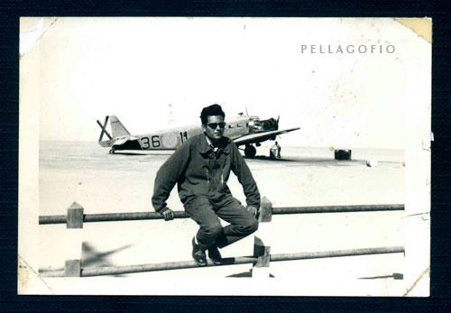 1958. Manuel Ramírez delante del Junkers Ju-52 en el que iba como radiotelegrafista, en el aeropuerto de Villa Cisneros. | ARCHIVO PELLAGOFIO (FOTO CEDIDA POR M.R.M.)