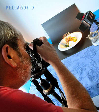 Tato Gonçalves fotografía el plato de pan de queso con cabrito asado, preparado por Juan Perdomo. | FOTO YURI MILLARES