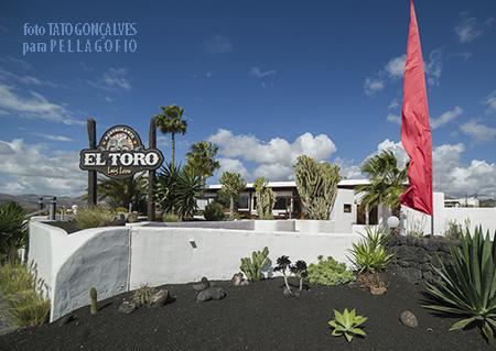 Restaurante El Toro, en la rotonda del mismo nombre a la entrada de Puerto del Carmen.| FOTO TATO GONÇALVES