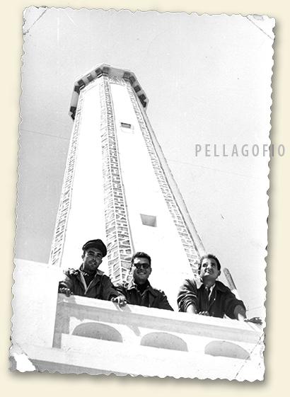 Los tripulantes del Junkers Ju-52 (Manuel Ramírez, centro) se retratan al pie de la torre del faro de Cabo Bojador, después de haber soltado las boyas desde el aire.| ARCHIVO PELLAGOFIO (FOTO CEDIDA POR M.R.M.)