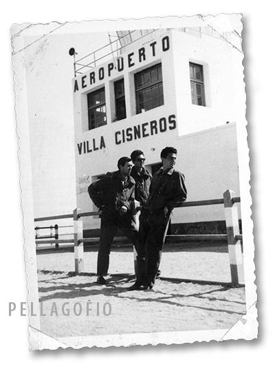Manuel Ramírez (centro) con otros compañeros en el aeropuerto de Villa Cisneros.| ARCHIVO PELLAGOFIO (FOTO CEDIDA POR M.R.M.)