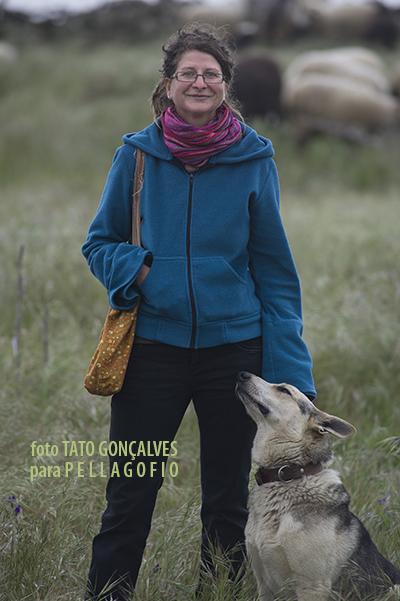 Jana Pilátová con el perro pastor de Pedro Quintero, un lobo herreño. | FOTO TATO GONÇALVES