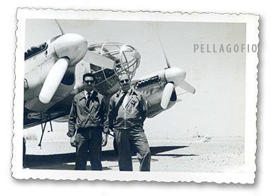 Manuel Ramírez (izq.) se retrata junto a un Heinkel 111 (Pedro) en el Sahara Español.| ARCHIVO PELLAGOFIO (FOTO CEDIDA POR M.R.M.)