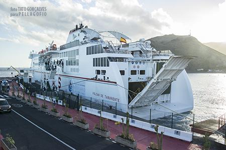 El ferry 'Volcán de Taburiente', procedente de Los Cristianos (Tenerife), atraca en el puerto de San Sebastián de La Gomera. | T. GONÇALVES