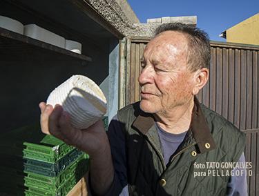 En Flor de Güímar, Antonio Fleitas ahúma el queso con humo frío de haya.| T. GONÇALVES