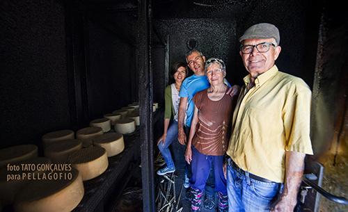 Retrato de familia con el Queso de Plácido, en Chejelipes: Plácido Ramos y Rosario Cabrera con sus hijos Sixto y Yurena. | TATO GONÇALVES