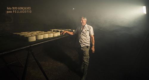 Ángel Morales en la habitación de paredes ennegrecidas de la quesería Ayamosna, donde ahúma el queso con leña de brezo. | T. GONÇALVES