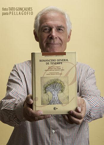 Maximiano Trapero y el último libro en el que ha trabajado cuando se hizo la entrevista. | FOTO TATO GONÇALVES