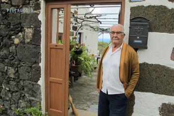 Manuel Espinel en la puerta de su casa en Los Mocanes (valle de El Golfo), la misma donde nació en 1932.   FOTO YURI MILLARES