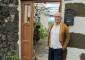 Manuel Espinel en la puerta de su casa en Los Mocanes (valle de El Golfo), la misma donde nació en 1932. | FOTO YURI MILLARES