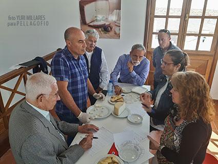 Con Isidoro Jiménez, los catadores Beatriz Fajardo, Rosa González., Gerardo Mesa, Andrés Rodríguez Berriel y Arístides Hernández.| FOTO YURI MILLARES