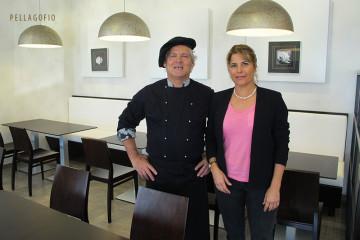 Clara Santiago y  el cocinero José González entre las mesas de la recién abierta cafetería y restaurante Mamalú. | FOTO YURI MILLARES