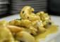 Lomitos de bacalao confitado con langostinos, salsa coco-curry y trigueros salteados, plato que Fabio Santana marida con la Dorada Especal Roja.|  FOTO ARCHIVO PELLAGOFIO