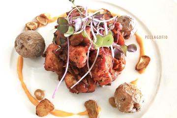 La propuesta del chef Orlando Ortega para la Dorada Roja: conejo deshuesado y frito en adobo canario, chips de ajo y puré de plátano. |  FOTO ARCHIVO PELLAGOFIO