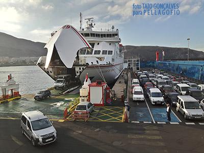 Esperando al embarque en el puerto de Los Cristianos (Tenerife) al amanecer de un domingo, para ir a La Palma. | TATO GONÇALVES