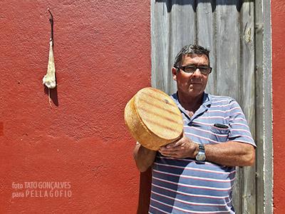 Minervino muestra uno de sus quesos ahumados de cabra palmera. En la pared de su casa en Don Pedro, cuelga un cuajo de cabrito se seca al aire. | TATO GONÇALVES