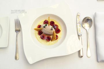 Crema de queso rojo con miel, picotas, helado de plátano y flor de romero, de Alexis Álvarez. | FOTO Y. MILLARES