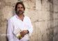 Fran Belín con su último libro, 'Recetas antiguas de Canarias'.   FOTO MANUEL RUIZ TORIBIO