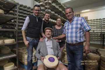 Rodeando a Manuel, las siguientes dos generaciones en Quesos Bolaños: Manolo y Reyes con sus hijos Marcos y Aarón. | FOTO TATO GONÇALVES