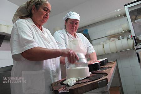 Pino y Loli, madre e hija, mientras hacen el queso en la quesería El Buen Pastor (en Casa Pastores, Santa Lucía de Tirajana). | FOTO YURI MILLARES