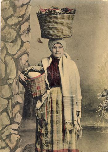 Vendedora de quesos de Gran Canaria a principios del siglo XX, retratada por el fotógrafo madeirense Jordão da Luz Perestrello. | FOTO AFHC-FEDAC
