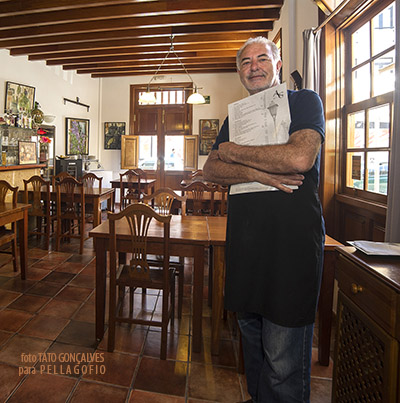 El chef Antonio Aguiar con la carta de platos que ofrece en su Bistró.| FOTO TATO GONÇALVES