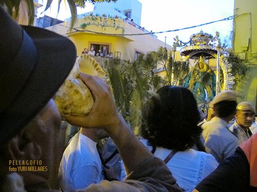 La Rama de Las Marías se celebra cada tercer sábado de septiembre y tiene su origen en una promesa que hicieron a la Virgen los campesinos de las medianías de Guía, afectados en 1811 por una terrible plaga de langosta que devoraba sus cultivos. En la foto, la Virgen sale a recibirles a la plaza de San Roque en la bajada del 200 Aniversario (año 2011) | FOTO YURI MILLARES
