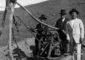 Matías López (derecha) en el pozo de agua que abrió en su finca de El Charco, en Gran Tarajal.| ARCHIVO PELLAGOFIO