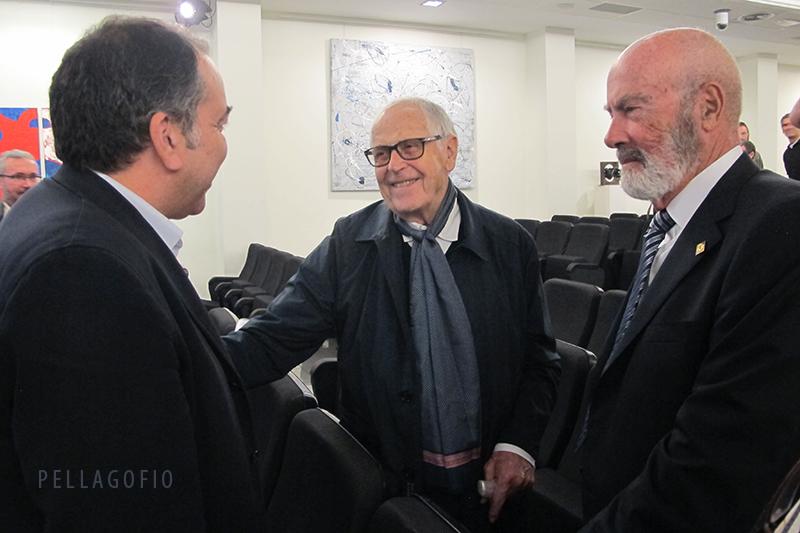 El director de 'La Provincia' con Martín Chirino y Totoyo Millares el primer día de las II Jornadas Pellagofio.   FOTO YURI MILLARES