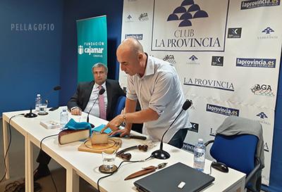 La presentación del libro 'Quesos imprescindibles de Canarias' tuvo su culminación con la cata, por Isidoro Jiménez, de los dos quesos canarios que lograron la medalla Super Gold en el World Cheese Awards 2016, celebrado en San Sebastián.   FOTO YURI MILLARES