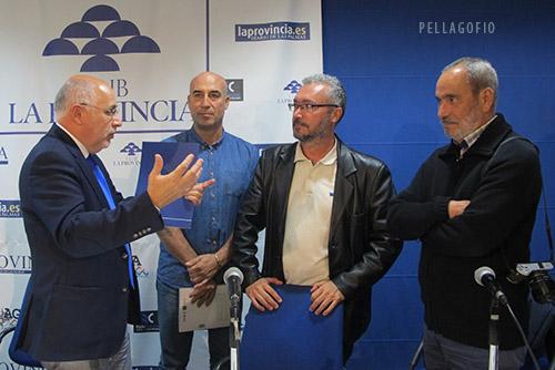 Antonio Morales conversa con Yuri Millares, que aparece flanqueado por Isidoro Jiménez y Tato Gonçalves, en las II JOrnadas Pellagofio. | FOTO PELLAGOFIO