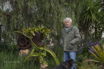 Andrés Rguez. todavía conserva, en el jardín de su casa en Antigua, el cuerpo principal del motor que trajo su abuelo cuando se dedicó al cultivo del tomate en 1927. | FOTO TATO GONÇALVES