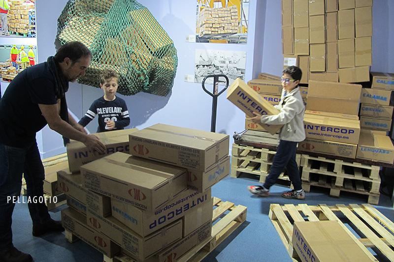 La zona interactiva de la exposición, para que los niños aprendan la estiba de cajas. | FOTO YURI MILLARES