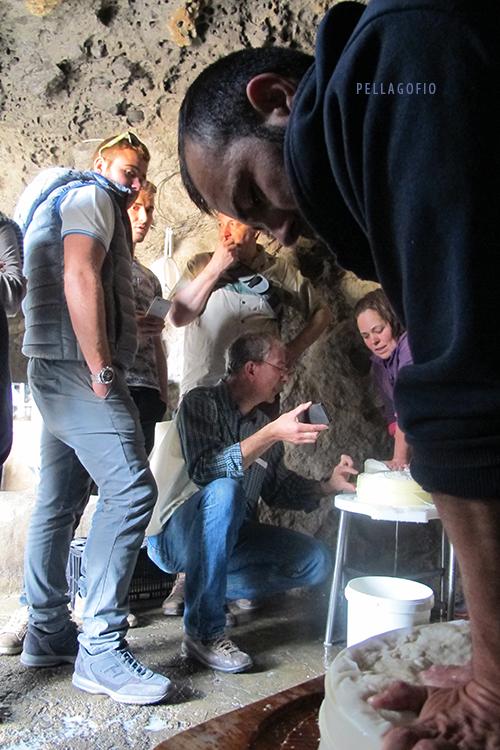 En la cueva donde hacen el queso, durante la trashumancia a Majada Alta (junto a la presa de las Niñas), la familia de José Mendoza conversa con sus colegas italianos. | FOTO Y. MILLARES