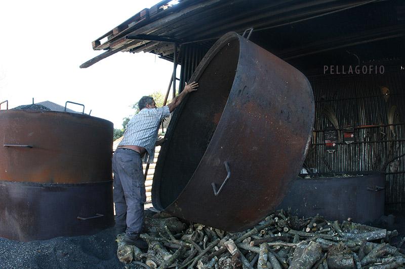 Después de llenar el primer cilindro de madera, el carbonero pone el segundo aro para seguir poniendo leña, antes de tapar la hoya. | FOTO YURI MILLARES