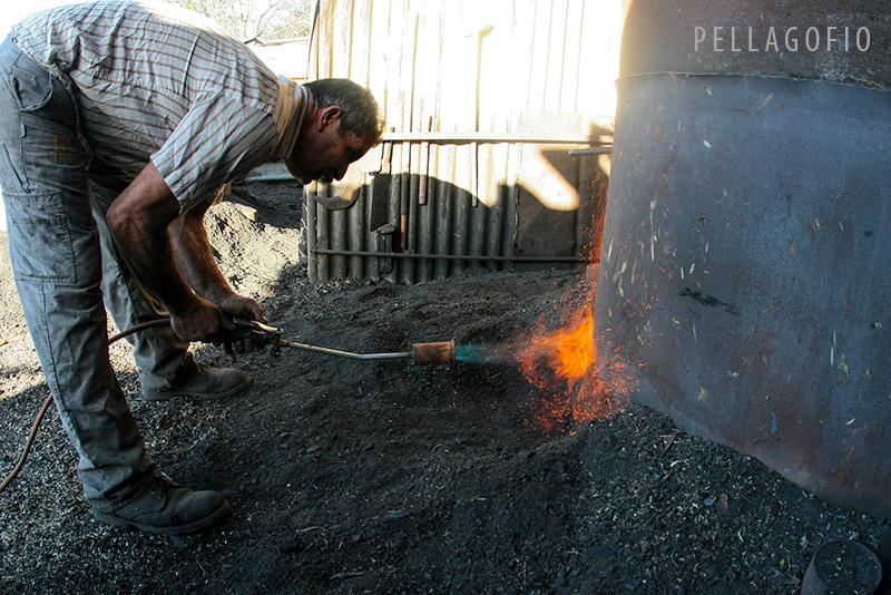 El encendido de la carbonera metálica es sencillo y rápido, empleando un soplete en la entrada de aire principal.| FOTO Y. MILLARES