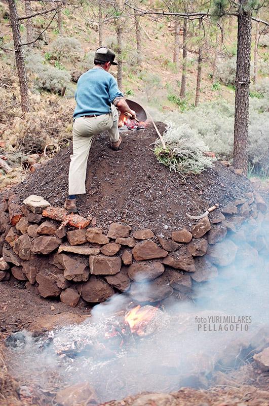 3. Después de tapar la hoya con tierra ya puede echar por la corona las brasas.   FOTO YURI MILLARES