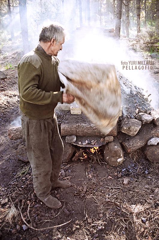 1. Después de prender la hoya, Nardo la habana con un saco para que el fuego camine por dentro. | FOTO YURI MILLARES