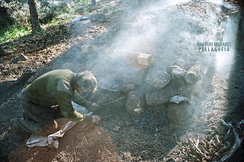 2. La hoya empieza a humear y el carbonero tapa la entrada de la gatera. | FOTO YURI MILLARES