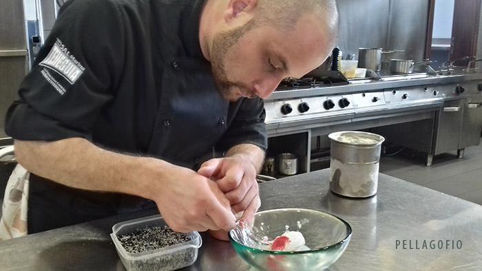Juan Carlos Rodríguez monta el postre de helado de queso palmero curado y crema de suero de leche de cabra cuya receta ofrece a los lectores de PELLAGOFIO. | FOTO YURI MILLARES